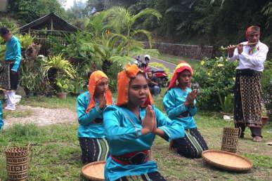 traditional-dance-package-sten-lodge-labuan-bajo-komodo